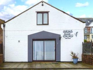 NORTH WEST SEA VIEW NO 3, beachfront, family and pet friendly, in Yarmouth, Ref