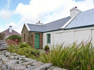 RAMHARC NA NOILÉAN, pets welcome, all ground floor, en-suite, stove & fire, character cottage near Kincasslagh, Ref. 905819