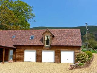 THE GRANARY, first floor apartment, lovely hill views in Wentnor, Ref 906121