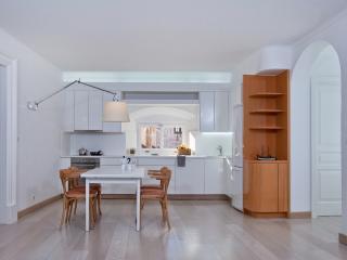 Large Bright 3 bedroom - Prime Location, Dubrovnik
