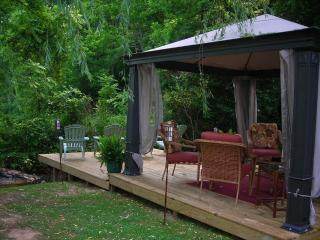 Large 4 BR Sleeps 8 Pet friendly Front and back decks, Family Friendly