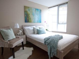 Downtown 2BR Condo, Indoor Pool, Large Patio & Gym, Vancouver