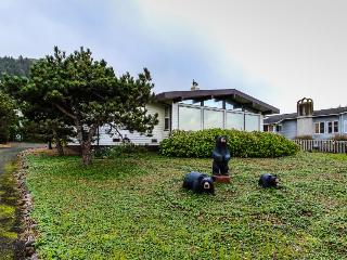 Pet-friendly house w/ private hot tub & beach access, Yachats