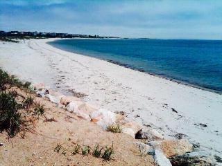 Two BR Cottage -Walk to Beach in South Chatham, MA