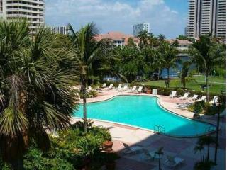 BEAUTIFUL APARTMENT STEPS FROM THE BEACH!, Sunny Isles Beach