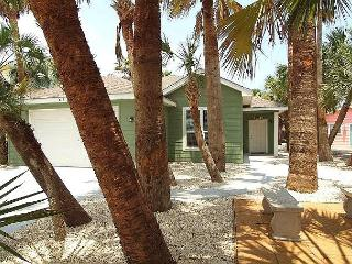 Whispering Palm located blocks from the beach, *FREE GOLF CART, WiFi, Port Aransas