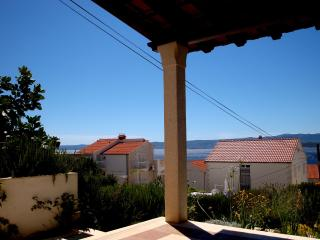 Garden apartment with stone terrace and sea view, Bol