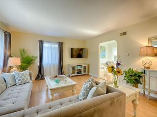 10% OFF JULY 4TH Newly furnished and tastefully decorated -steps to the beach