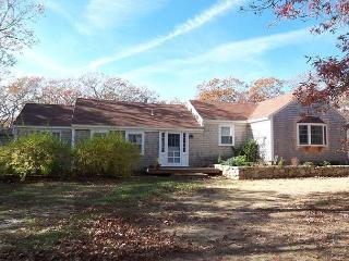 SPANM - Sweet Chilmark Cottage, Spacious Screened Porch and Deck Area, Private