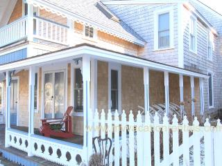 HAYEL - Gingerbread Cottage, Walk to Town, Harbor Area and Inkwell Beach, Oak Bluffs