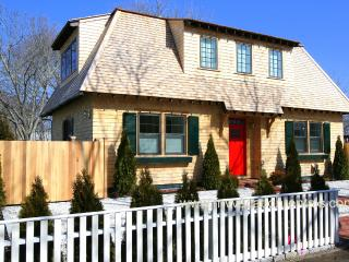 CHIRJ - In Town Luxury Home, Walk to Beaches, 2 Master Suites, Central A/C, WiFi, Edgartown