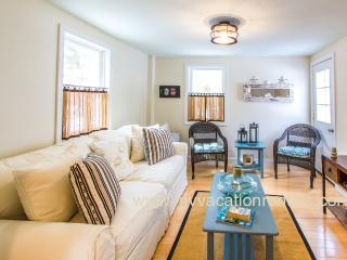 HODGO - ADORABLE, RECENTLY RENOVATED COTTAGE, WALK TO TOWN,  BEACH and FERRY, Oak Bluffs