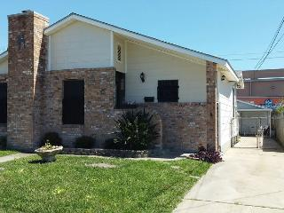 1 Block to Beach, 3 BR, 2 BA, Sleeps 10, Wi-Fi, Galveston