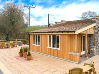 THE LAMBING SHED, detached cottage, all ground floor, woodburner, pet-friendly, in Dyserth, Ref 29036