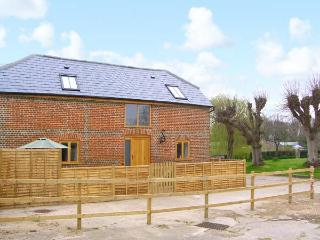 THE OLD STABLE, detached barn conversion, quality accommodation, en-suite, close to many attractions, near Botley, Ref 30475, Hedge End