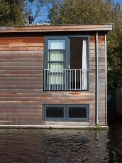 BedonBoard from waterside with slidingdoors