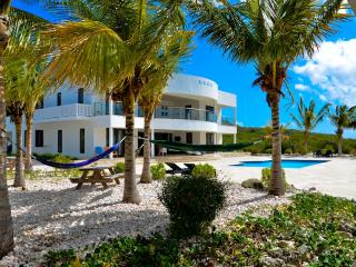 Luxury oceanfront villa with homecinema and private beach, Sint Willibrordus