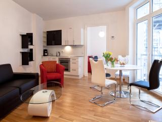 Central - opposite HUGE PARK + BALCONY -  sleeps 4, Berlin