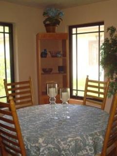 Dinningroom acomodates up to 6