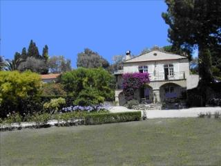 Elegant 5BR Villa: Pool, Ocean View & Lush Gardens, Antibes