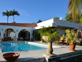 Calm and luxurious villa, with swimming pool, close to the beach