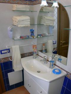 12 Amalfi-Villa-Rosinella-bathroom-angle