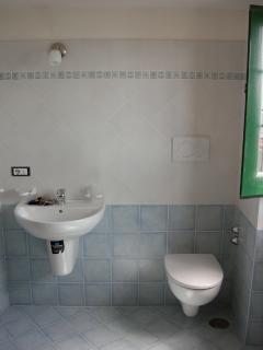 19 Amalfi-Villa-Rosinella-garage-bathroom