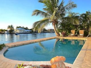 "By The Sea Vacation Villas LLC-""Casa Riviera""- WATERFRONT + Heated Salt Pool!, Fort Lauderdale"