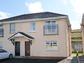 LOIS NA MARA, semi-detached cottage, en-suite, close to the coast, in Lahinch, R