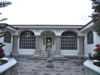 Amazing 3 bedroom house with pool and Driver, Quito