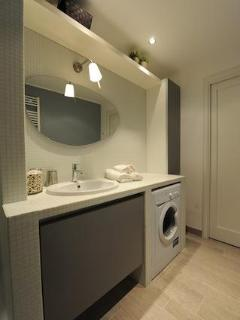 Great Bathroom with washing machine