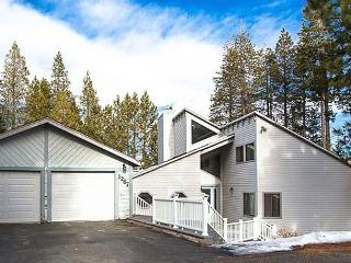3B + Loft Home w/3 Decks, Hot Tub, Forest Views, South Lake Tahoe
