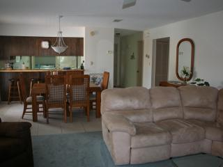 SPACIOUS 2BR CONDO - JUST STEPS TO POOL AND BEACH!, Navarra