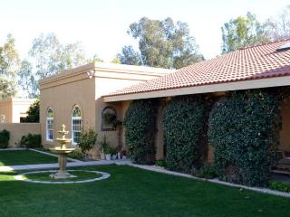 Sleeps 10 with Casita, pool, 2 acre, horses welcom