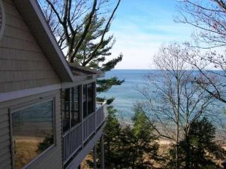 Gebhard Glen - Beautiful cottage in the woods with private beach!