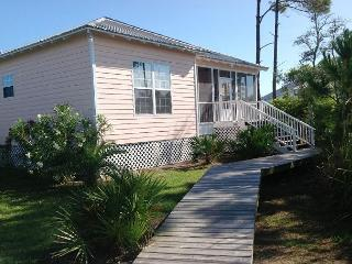 Beautiful Cottage located between the Bay and the Gulf!