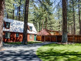 Dog-friendly cabin w/ shared hot tub, fenced ground! Close to beaches & slopes!, South Lake Tahoe