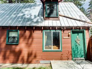 Dog-friendly rustic cabin w/ soothing hot tub; fenced grounds; trails, South Lake Tahoe