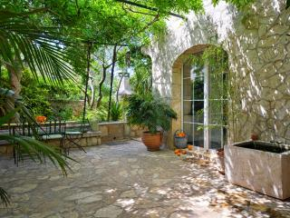 Charming Cottage With Garden - A Peaceful Place On The Busy Island, Stari Grad