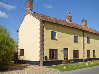 THE HORSESHOES HOUSE, semi-detached, two sitting rooms, roll-top bath, open fire, in Saham Toney, Ref 28007