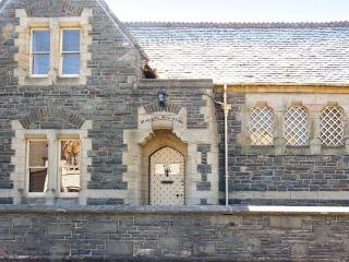 THE OLD COURTHOUSE, semi-detached, cooking range, enclosed front terrace, in Rhayader, Ref 904103