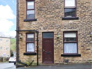 BRONTE COTTAGE, cosy base, flexilble sleeping accomodation, pet-friendly, convenient village location, terraced cottage in Haworth, Ref. 904513