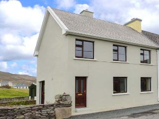 KEVIN'S COTTAGE, end-terrace cottage, off road parking, garden, close to amenities, in Caherdaniel, Ref 906942