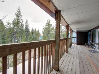 Fantastic dog-friendly duplex with forest views, close ski access!