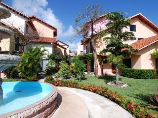 Beautiful 3 bdr villa close to the beach Playacar!, Playa del Carmen