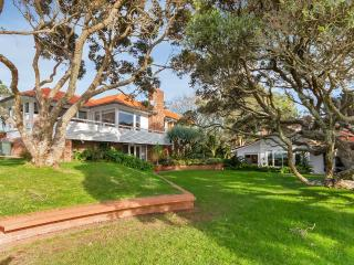 """Clifton  Seaside Cottage, Takapuna"
