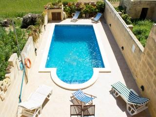Spacious Villa with Large Outdoor Private Pool, San Lawrenz