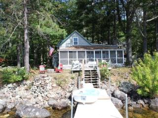 Charming 4-bedroom on Sebago's Shore; beautiful days in Sept & Oct available