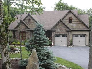 The Trinity on Sugar Mtn with 5BR's, Firepit, Hot Tub, Pool Table, Games