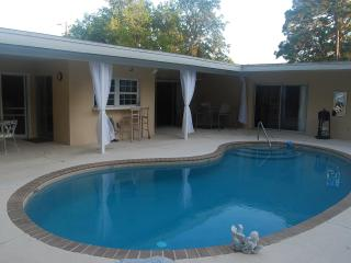 Roomy Open 2/2 Pool Home & Pet Friendly Yard, Sarasota